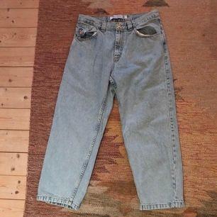 Ljusblåa polar jeans 93, inköpta på caliroots för några år sedan. Lite slitna på sina ställen men det syns knappt. Kan mötas i Lund/Malmö eller delar vi på fraktkostnaden :)