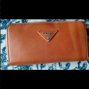 En riktig Prada Milano Dal 1913 plånbok, riktigt tjusig!
