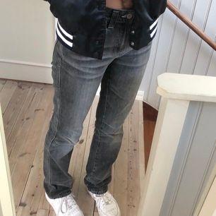 Gråa straight leg jeans från nudie Jeans Co, nypris 1200kr     Knappt använd så alltså i mycket bra skick. Om fler är intresserade är de högsta bud som gäller!💕
