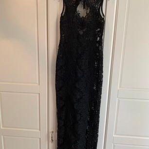Makalös klänning från Ida Sjöstedt Couture. Använd vid ett tillfälle. Strl XS. Nypris 5995 kr