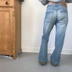 Svin snygga bootcut jeans från Rocky med en mönstrad rand längst ner, lite 70-tals vibes, modellen brukar ha ca W27 L32 i weekday jeans😁