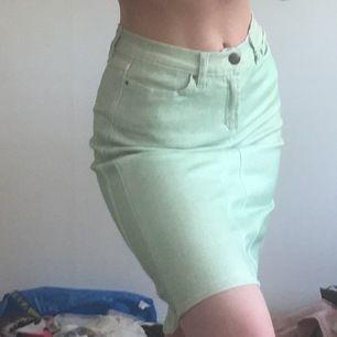 underbar ljusgrön kjol! lite typ glittrig i tyget och väldigt tjock, högmidjad o slutar typ vid knäna  150 kr elr högsta bud💖