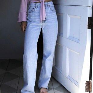 Säljer dessa helt oanvända (m lappen kvar) långa superfina zara-jeans som är slutsålda på hemsidan vid bra bud! Buda från 400