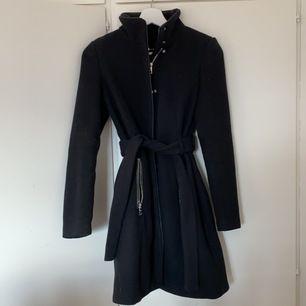 Svart kappa inköpt från vero Moda. Storlek xs. Använd under våren så i bra kvalité🤍
