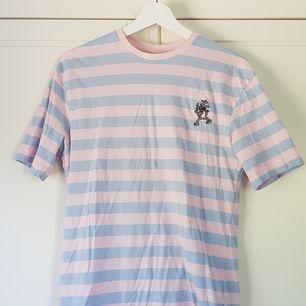 Randig t-shirt i pastellfärger med simpsons karaktärerna itchy & scratchy på. Storlek XS men stor så passar XS-M. Jag står för halva frakten vid köp av 3 eller fler plagg! Pris kan diskuteras. Hör av er om ni har några frågor, vill ha fler bilder osv! 😊