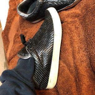 Skor snygga Zadig skor som inte finns att köpa längre. Jag säljer dom på grund av att jag har köpt nya skor. Dom är svarta ormskinn material. Dom passar både mig som har 38 och min syrra som har 37.