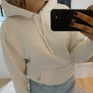 Vit/krämvit hoodie från Bikbok, bra skick förutom att den har en liiten prick som syns på bild 3 (går dock säkert bort med vanish) inget man tänker på. ✨