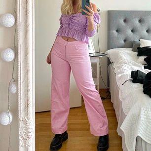 Världens finaste rosa manchesterbyxor från Weekday. Storlek 40 💘 bud från 100 kr!