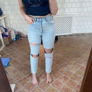 """Säljer ett par jeans med hål i, som jag delvis klippt själv å som delvis var där när ja köpte de för 299kr! 💖 Knappt använda då jag önskade på en mer """"baggy"""" look men de var för små. Är i storlek 38 (165/72A) och i gott skick!"""