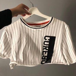 En jättefin vit croppad t-Shirt från Jack and Jones. Jag säljer den för att jag inte använder den längre. Den är i storlek M men passar S och till & med XS skulle jag säga