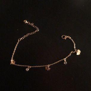 Säljer detta ursöta halsbandet som jag köpt här på Plick💘 säljes pga inte riktigt min stil🦋