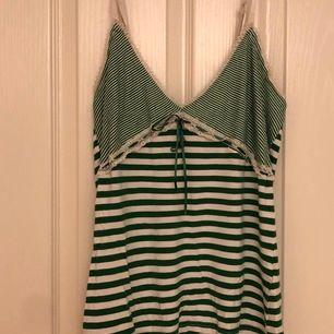 Super snygg Y2k linne!! Passar perfekt för sommarn. Härlig o lätt!! Kan användas utan BH!✨