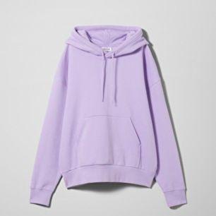 Säljer denna supermysiga hoodien från weekday💕 Köpte den förra månaden för 350kr😋 Den är stor i modellen och är i nyskick så jag knappt använt den då den inte riktigt är min färg:( Frakt tillkommer men kan även mötas upp i Sthlm🥰🥰
