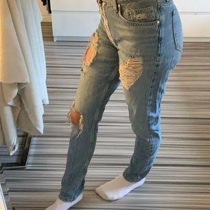 Jätte fina jeans med hål, har en dragkedja på utsidan som är vit. Strl xs. 100kr + frakt