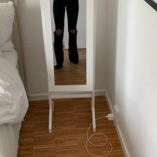 Jätte fina och oanvända jeans från bikbok🌸 Sitter som en smäck på mig som är 165cm men får tyvärr aldrig användning för de! Hålen i knäna har jag klippt själv❤️ (nypris 600)