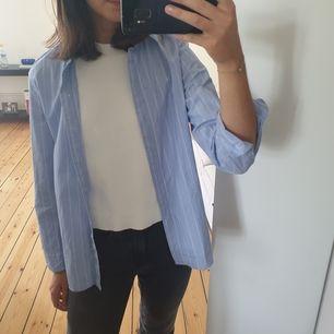 Säljer min fina oanvända skjorta från HM! Snyggt att ha över ett linne nu i sommar men funkar även knäppt💕💫