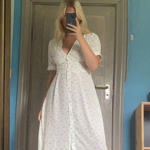 Blommig klänning från NA-KD, köpt för 499kr säljer för 300kr. Ändast testad (lappen sitter kvar). Frakt tillkommer.💝