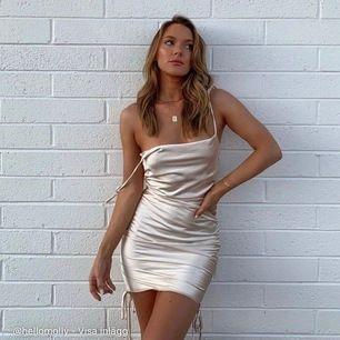 Säljer denna helt nya superfina klänningen från Hello molly  i storlek xs lappar och allting sitter kvar. Säljer pga av att köpte två olika storlekar men xs blev lite för liten för mig men annars jätte fin och ser precis ut som på bilderna!
