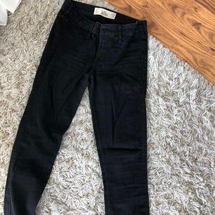 svarta hollister jeans helt oanvända pga att dom är för långa för mig. storlek 25 längd 31. nypris ca 650 kr, köparen står för frakten