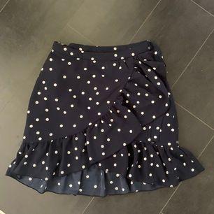Prickig kjol från märket ONLY i storlek 36. Frakt tillkommer🌺🌺