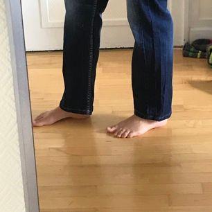 Snygga jeans med coola detaljer. Säljer då de är för små