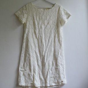 En vit fin sommarklänning. Klänningen har ett jättefint mönster och är i ett så mjukt och skönt tyg. På mig som är 165 går klänningen ungefär till knäna. Använd en gång sedan den köptes. Från märket 365. Frakt 59kr✨
