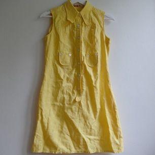 Fin och söt gul klänning. Har fint broderat mönster i tyget. Kragen är lite 60/70-tals inspirerad och jättesnygg. På mig som är 165 går klänningen ungefär till knäna. Ledsen att klänningen är så skrynklig men har inte tillgång till strykjärn. Frakt 59kr 🌸