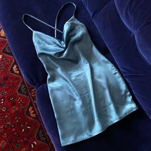 """Egensydd silkesklänning med """"cowl neck"""". Vill kolla om intresse finns för att eventuellt börja sy upp några på beställning (valfri färg, tyg, mått osv) och sälja!"""