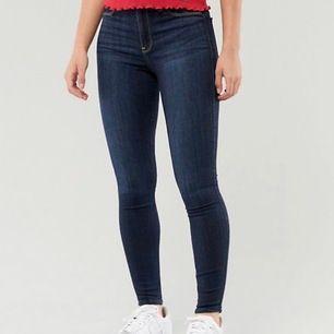 Kostar 500kr i affär Säljer högmidjade Hollister jeans storlek xs/s (w25/l27) MER KLÄDER FINNS PÅ @bloppis149 PÅ INSTAGRAM💓