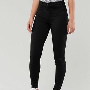 Säljer högmidjade Hollister jeans storlek xs/s (w25/l26) FINNS MER KLÄDER PÅ MIN INSTA: @bloppis149