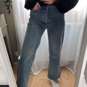 Skitsnygga jeans från Bikbok, i storlek 27. Endast använda vid ett tillfälle. Säljes pga att längden är lite för kort för mig (är 172 cm lång). Köparen står för frakt💗