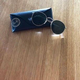 Snygga rayban glasögon i bra skick! Både fodral och glasögon ingår💞 har knappt använts då jag fick likadana fast rosa ungefär samtidigt, men som ni ser på andra bilden är det väldigt snygga! Nypris är 1599 och jag säljer för 400 vilket är ca 70% mindre
