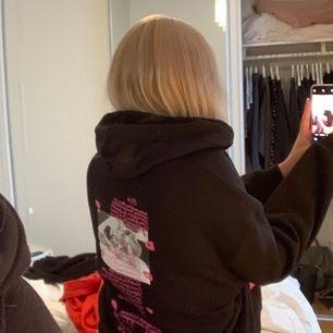 Såå snygg hoodie med tryck både på fram och baksidan, passar XS-XL beroende på hur oversized man vill ha den, jag är vanligtvis S/M. Jättebra skick och slutsåld i de flesta butiker, köparen står för frakt💕