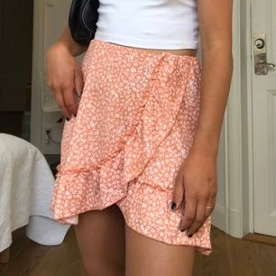 Superfin kjol från Gina, nyköpt och slut i alla butiker. Storlek M men passar mig som brukar ha S. Frakt tillkommer.