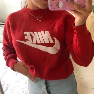 Vintage Nike sweatshirt, fin röd färg. Begagnat skick men ändå schysst liskom. Motsvarar en small🌸