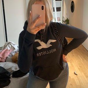 Såå snygg hoodie ifrån Hollister i bra skick, S men passar även M och XS beroende på hur man vill att den ska sitta, köparen står för frakt, säljer mycket mer så kolla in det, bla fler Hoodies💕