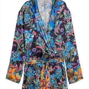 SLUTSÅLD kimono i världens finaste tyg och mönster 🌸🌼 Står storlek 42 i men mer som en 38/40. Nypris: 399kr