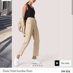 Säljer ett par kostymbyxor från NA-KD i beige färg. Säljer då dem är lite förstora, de är knappt använda så i nyskick. Originalpris: 400kr! Det går att förhandla om priset 🦋