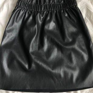 En svart kjol från hm. Bra skick då den nästan är oanvänd. Frakt ingår i priset🌺🌺