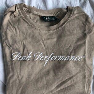 En långärmad beige tröja från peak performance. Den är köpt second hand men ändå i bra skick. Frakt ingår i priset💕💕