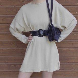 En beige stickad klänning med skärp i midjan. Väldigt mysig att ha på en sommarkväll. Mjukt material. Skärpet har många hål så väldig justerbart. Kan skicka fler bilder i DM, frakt tillkommer 🌸