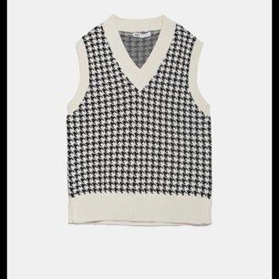 Säljer denna slutsålda Väst från Zara! Den är storlek M men är oversized