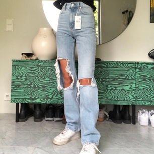Säljer ett helt nytt par av mangojeansen, lappen kvar. Jag är 167 och brukar ha W24/W25 i andra jeans. Budgivning i kommenterarna, högsta bud: 940+frakt, höj alltid med minst 20kr. Avslutas tisdag ca 20:00. Frakt ligger på 63kr (spårbart).