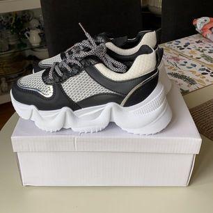 Helt oanvända skor! Supersnygga sneakers som är lite högre! Storlek 36 men skulle passa 37 också! Köpte dom dom för 500kr! Så dom är billiga
