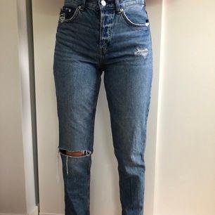 Blåa boyfriend jeans i storlek 26. Står att det är low waist men känns som medelmidja. Hål vid högra knä. Bra skick, använda några gånger. Köpta från hm. Köparen står för frakten.