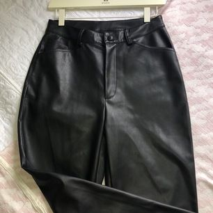 Säljer mina snygga skinn byxor från na-kd (slutsålda) eftersom att jag aldrig använder dom. Dom är i toppskick och endast testade!!🥰🥰 köparen står för frakt