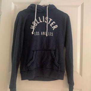 En jättefin och mysig hoodie ifrån Hollister i storlek Xs, med håll nere vid händerna, som är tillför tummarna. Använd ett förtal gånger. Köptes för 500/600kr. Säljer för 300kr