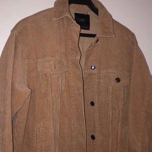 Detta är en oversized Manchester jacka i färgen beige. Den är ej använd eftersom den inte riktigt är min stil:( men den är extremt fin. Köpte den för 399kr ifrån Zara. Köparen står för frakten.