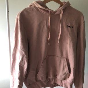 Fin hoodie i pastell beige och rosa! Den är en S och passar XS-S, upp tunn runt 170cm i längd! Den är sååååå fin🌸 Pris: 179kr inkluderad frakt🌸 vid flera intresserande blir det budgivning💕