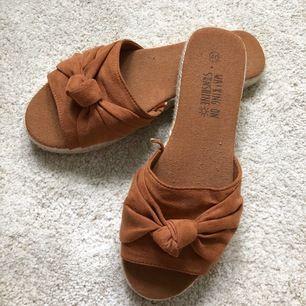 Somriga sandaler. Små i storleken. Köparen betalar frakt